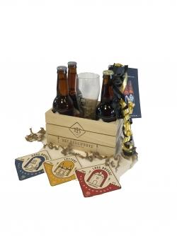 Kistje gevuld met 4 bieren en glas